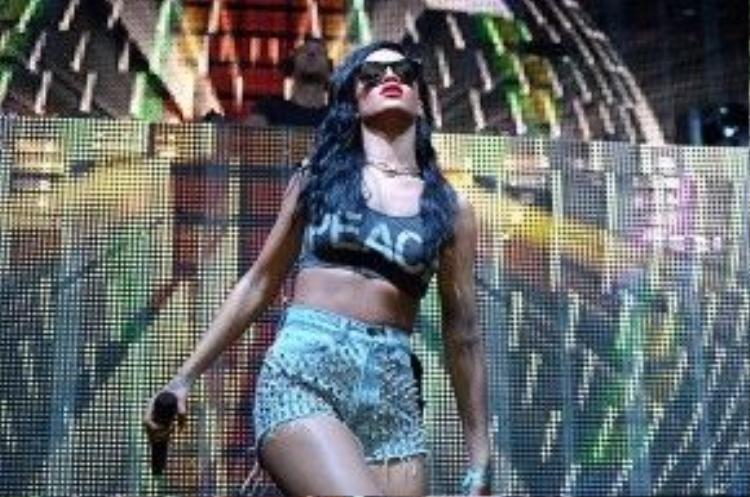 Anh chàng producer người Scotland kiêm bạn trai Taylor Swift đã có một cuộc gọi ngay tức khắc đến Rihanna khi nhận được lời mời tham gia biểu diễn. 'We Found Love' - siêu hit của Riri và Calvin cũng được cặp đôi này sử dụng và 'all kill' tất cả khán giả tại khấu Sahara (Coachella 2012).