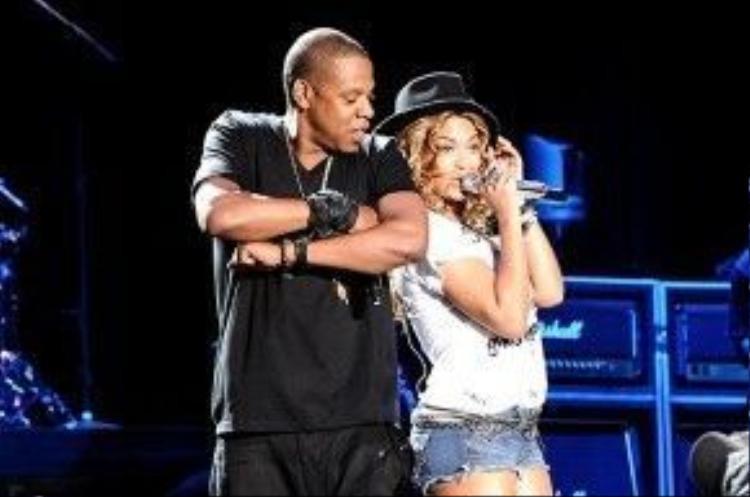 Có vẻ như cặp đôi vợ chồng này là những khách mời quá quen mặt của lễ hội âm nhạc đắt đỏ nhất thế giới này. Năm 2010, họ cũng đã có một phần trình diễn ngọt ngào Forever Young đầytình tứ bên nhau.