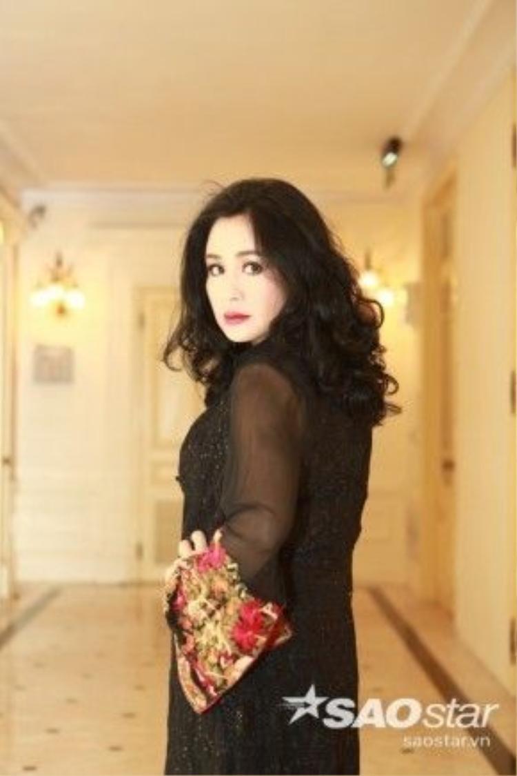 """Đêm nhạc còn có sự xuất hiện của """"người đàn bà hát"""" Thanh Lam. Chị diện bộ đầm đen kin đáo nhưng vẫn khoe được vẻ quyến rũ."""