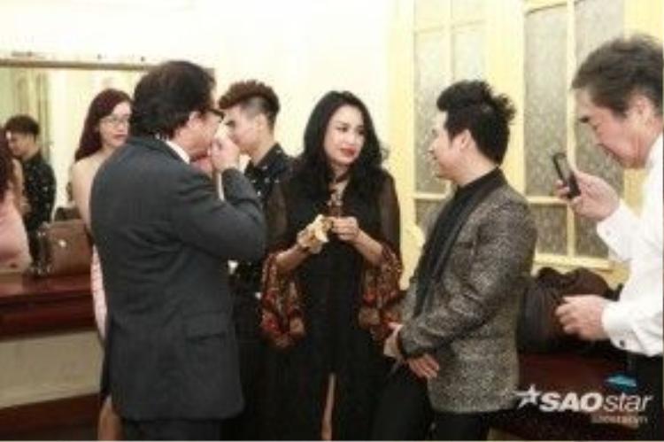 Chị tranh thủ ăn nhẹ và trò chuyện cùng NSND Quang Thọ, NSƯT Mạnh Hà và ca sĩ Trọng Tấn.