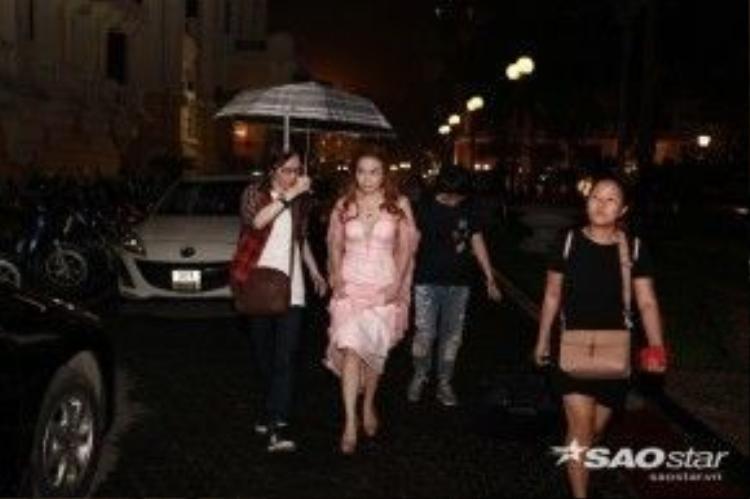 Khi đến nhà hát, trời bắt đầu có mưa nhỏ, ngay lập tức Tuấn Billy cầm cô che mưa cho Mỹ Tâm đầy tính tứ. Anh còn có những cử chỉ ân cần như đỡ tay Mỹ Tâm khiến những người có mặt tại đêm nhạc không khỏi ghen tỵ.