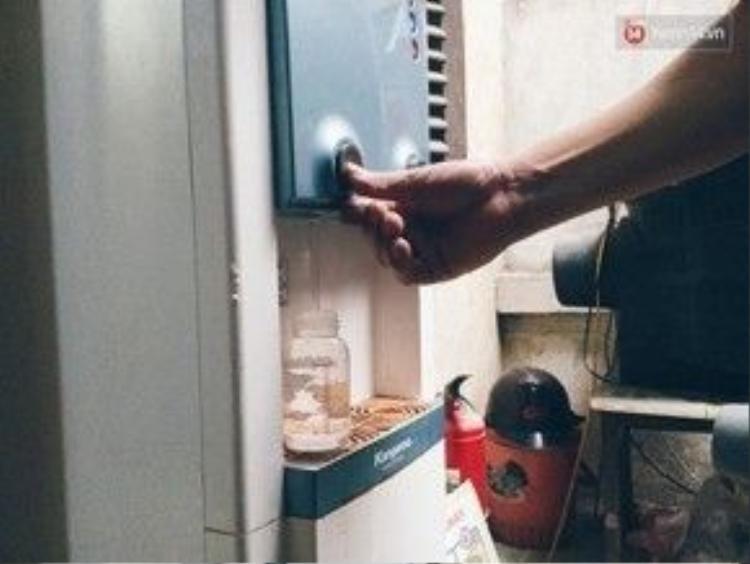 Bình lọc nước hai chiều dùng chung cho cả xóm trọ.