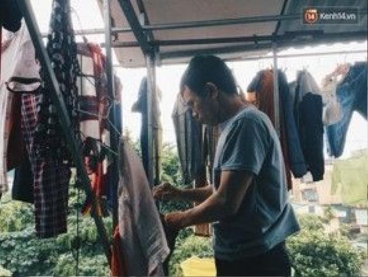 Dây phơi, móc treo đồ cũng được ông quan tâm sắm đầy đủ, khách thuê phòng chỉ việc sử dụng miễn phí.