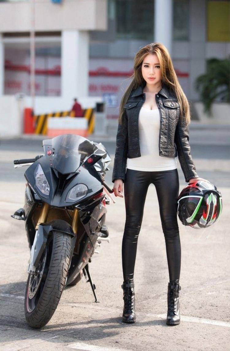 Không bên con, Elly Trần vẫn gây sốt với bộ ảnh cùng xe phân khối lớn