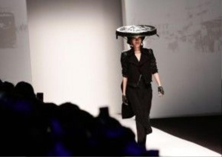 Siêu mẫu Việt đã khéo léo trong việc dẫn dắt người xem đang theo dõi những hình ảnh đặc trưng của miền Bắc Việt Nam trên màn hình đến với hình ảnh trang phục đương đại trên sàn diễn.