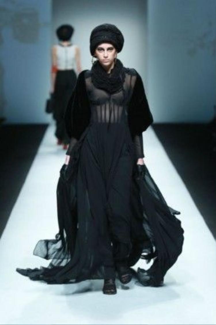 Bên cạnh sự ấn tượng của Xuân Lan, lần thứ 3 trở lại Thượng Hải, Kelly Bùi tiếp tục là cái tên hot của Shanghai Fashion Week khi thu hút đông đảo truyền thông Trung Quốc góp mặt, và cả các nghệ sĩ nước này.