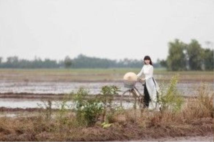 Ngọc Trinh tinh khôi trong tà áo dài trắng xuất hiện đầu MV.