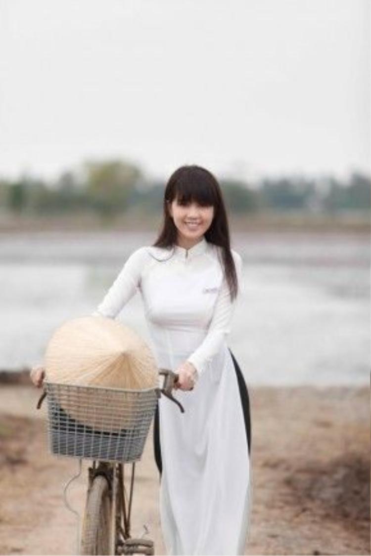 Hình ảnh nhẹ nhàng của nữ diễn viên xinh đẹp đan xen giai điệu và ca từ bài hátNgày em xa quê đem đến cho người nghe nhiều xúc cảm.