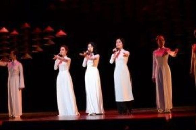 3 nữ ca sĩ xinh đẹp có màn hòa giọng đầy cảm xúc.