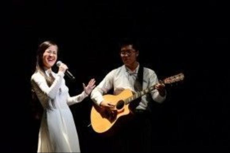 """Ngoài ca khúc Ngủ đi con, Hồng Nhung còn trình bày ca khúc Diễm xưa với hai lời Việt - Nhật. Không chỉ vỗ tay tán thưởng, rất nhiều khán giả tham dự chương trình hát theo Hồng Nhung ca khúc này và đặc biệt phấn khích khi đến phần cô hát Diễm xưa bằng tiếng Nhật. Những ca khúc phản chiến khép lại phần """"Đi qua chiến tranh"""", dẫn người nghe vào phần """"Ngợi ca hòa bình""""."""