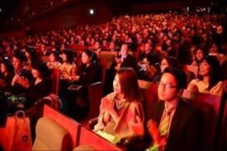 Cả khán phòng diễn ra đêm nhạc chật kín.