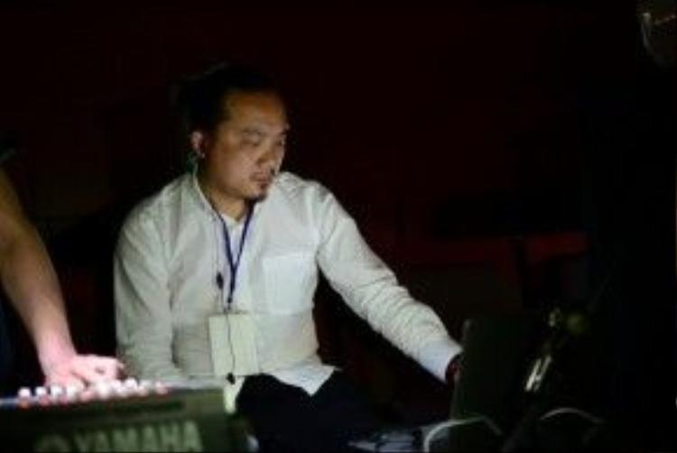 Cao Trung Hiếu - đạo diễn chương trình tiết lộ Câu chuyện hòa bình số 4 tổ chức tại Nhật là một thử thách đối với ban tổ chức. Để có sân khấu như ý muốn, truyền tải được thông điệp hòa bình của Việt Nam đến bạn bè Nhật Bản, ê-kíp phải mang 400kg đạo cụ gồm nón lá, hoa sen và tranh triển lãm. Trong đó, khoảng 500 chiếc nón dùng trang hoàng cho không gian và làm đạo cụ cho đêm diễn. Chương trình gồm 18 tiết mục, trình diễn bằng cả tiếng Việt lẫn tiếng Nhật.
