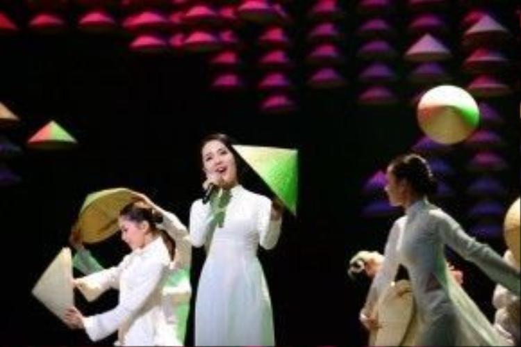 Ca sĩ Phương Linh xuất hiện và chinh phục người xem bằng giọng ca trong trẻo với bài dân ca mà có lẽ người Việtnào cũng thuộc, được rất nhiều bạn Nhật yêu thích: Bèo dạt mây trôi.