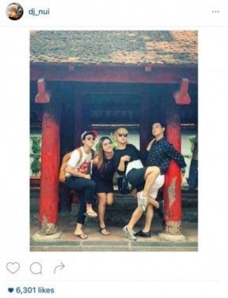 Anh và nhóm bạn thân chụp hình trong một ngôi chùa ở Hà Nội.