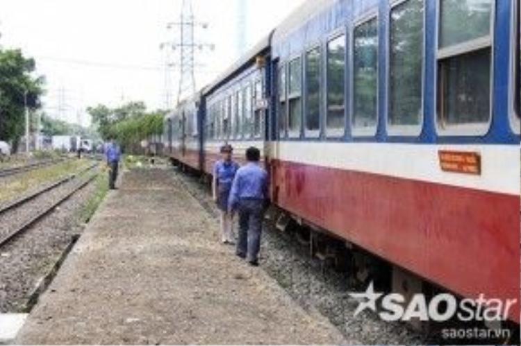 Sáng 15/4 tại ga Sài Gòn, Tổng Công ty Cổ phần Vận tải đường sắt Sài Gòn và Sở GTVT TP HCM đã tổ chức khai trương thí điểm chuyến tàu trung chuyển chở khách từ nội đô TP HCM ra ngoại ô. Trạm cuối là ga Dĩ An, tỉnh Bình Dương.