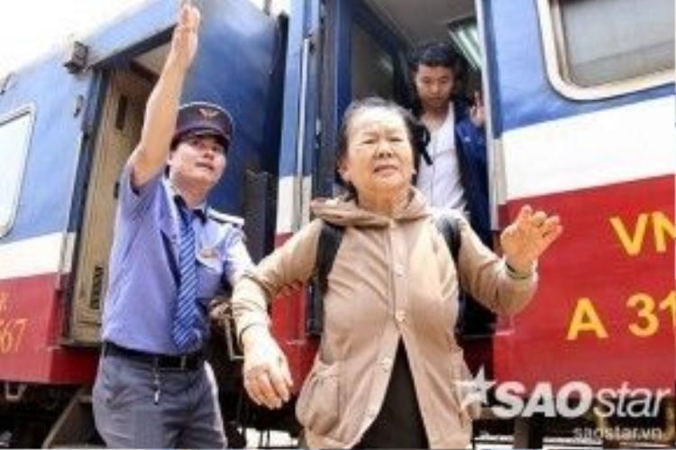 Sau khi hành khách rời tàu, nhân viên tại các nhà ga sẽ tận tình hướng dẫn khách chọ cho mình lộ trình phù hợp đến nơi mình cần.