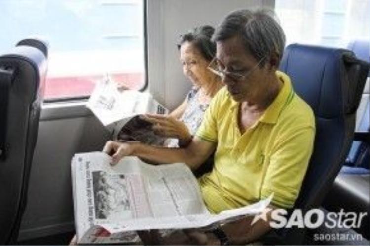 """Vợ chồng bác Vinh đón tàu từ Sài Gòn về Dĩ An (Bình Dương) chia sẻ: """"Mấy hôm trước 2 vợ chồng thường đi xe buýt mà bữa nay có chuyến tàu nhanh đi rất thoải mái, mai mốt chắc 2 vợ chồng sẽ tiếp tục chọn phương tiện này để đi lại""""."""
