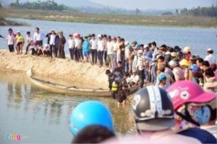 Người dân tập trung rất đông xem cơ quan chức năng cứu hộ.