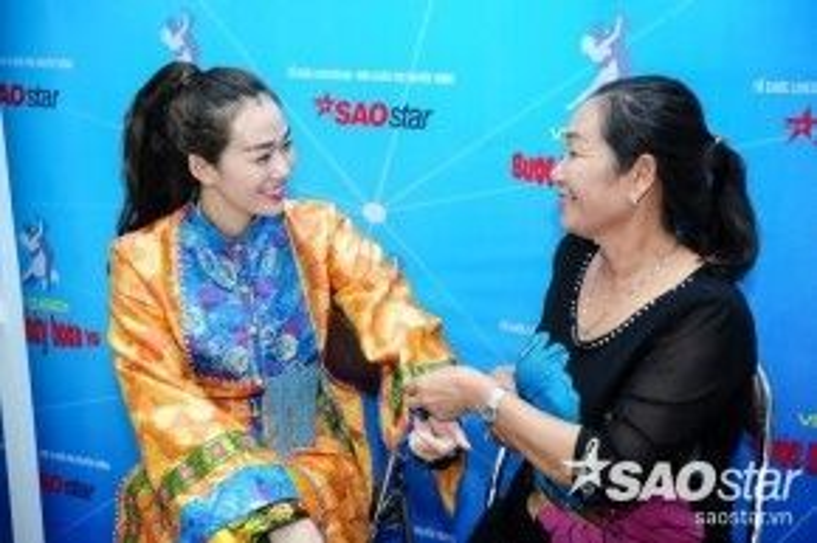 Mẹ Khánh My đến tận hậu trường tự tay chăm lo cho cô con gái yêu.