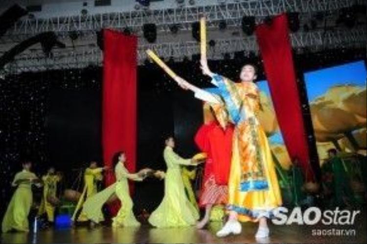 Khánh My còn múa được những điệu múa đậm chất Việt Nam.