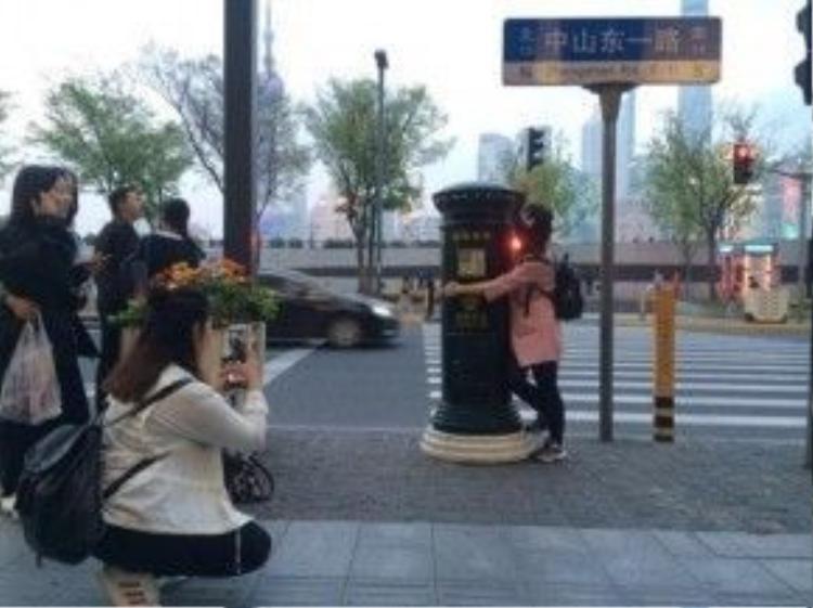 Rất đông người cố gắng chụp ảnh với thùng thư ở Thượng Hải.