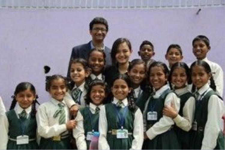 An tại trường tiểu học Gangolihat, Ấn Độ trong dự án đầu tiên của International Catalysts for Empowerment do em đồng sáng lập.