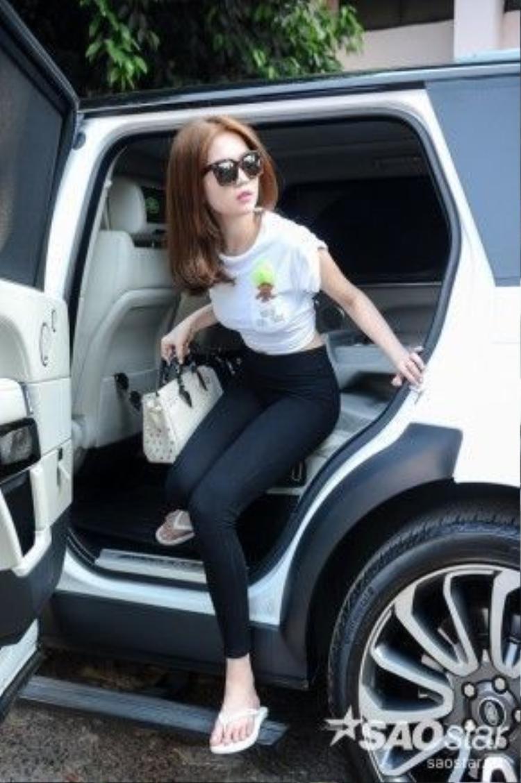 """Ngọc Trinh xuất hiện bên cạnh chiếc """"siêu xe"""" quen thuộc của cô."""