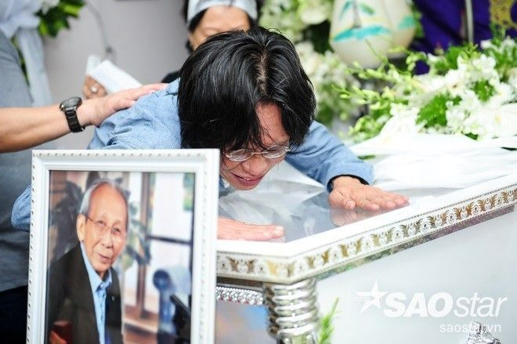 Con trai nhạc sĩ Nguyễn Ánh 9 khóc nấc bên linh cữu của cha