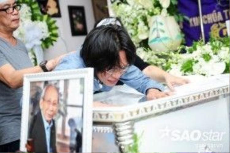 Nhạc sĩ Nguyễn Quang nghẹn ngào bên linh cữu của cha khi vừa trở về. Anh bàng hoàng và đau buồn tột độ vì không có cơ hội ở cạnh cố nhạc sĩ Nguyễn Ánh 9 khi ông mất.