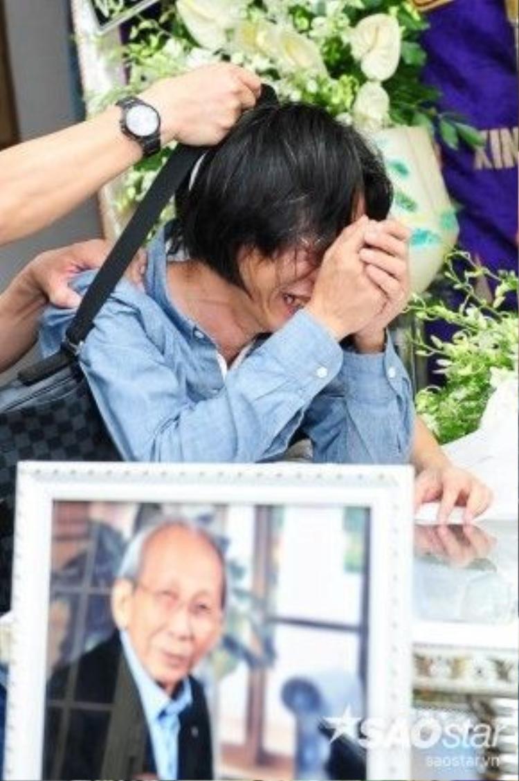 Nam nhạc sĩ khóc nấc bên di hài cha.