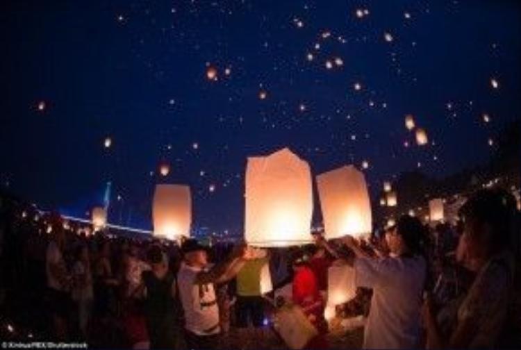 Hàng ngàn chiếc đèn được thả lên bầu trời Vân Nam
