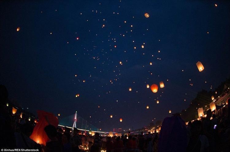 Bầu trời Trung Quốc đẹp lạ thường với hàng ngàn chiếc đèn trời