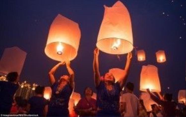 Những chiếc đèn được làm từ bánh tráng tẩm dầu