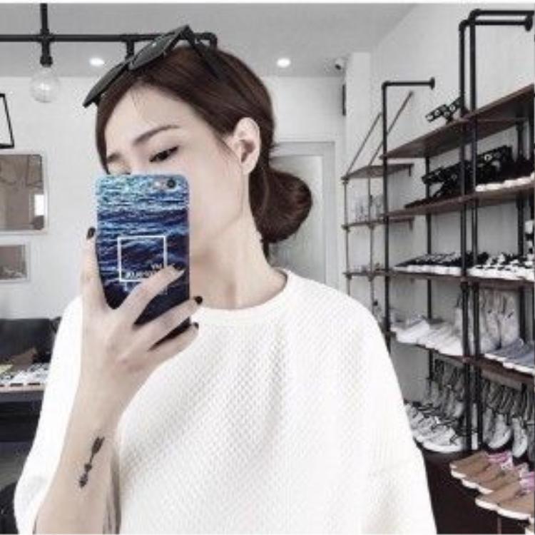 Có vẻ như màu xanh mát mắt của chiếc case này rất được lòng các tín đồ thời trang mỗi khi hè về. Hình ảnh: Instagram: louiisha