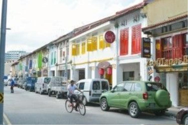 Khu Little India với những tòa nhà kiến trúc đơn giản, nửa Á nửa Âu, cửa sổ được sơn phết màu mè.
