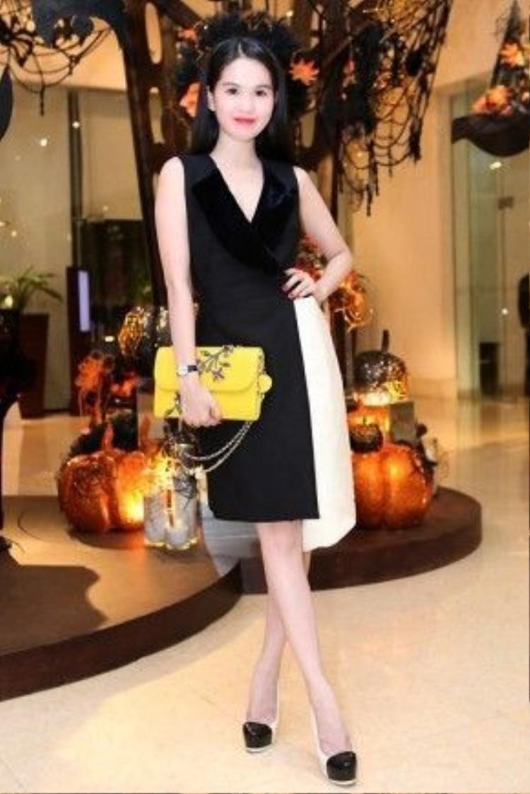 Chiếc túi Dior Jaune Vif đính đá màu vàng của cô nàng có giá khoảng 80 triệu đồng.