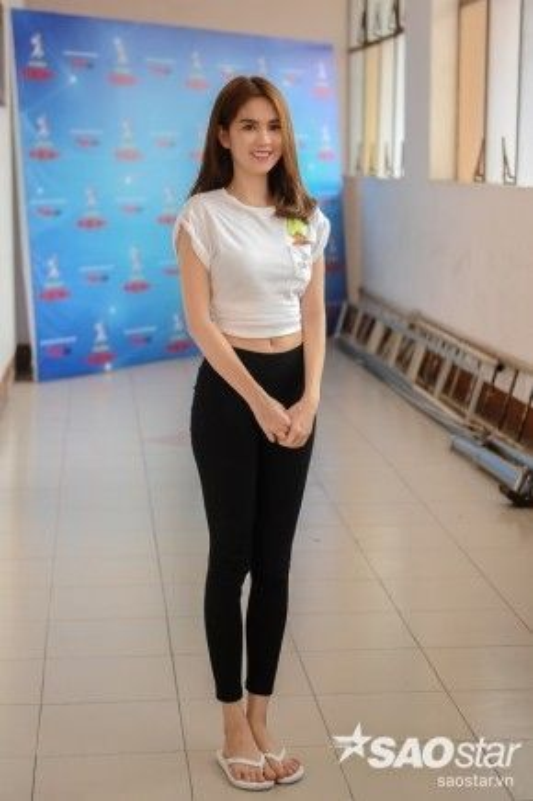 Một hình ảnh Ngọc Trinh vô cùng giản dị ở đời thường với áo thun trắng và quần legging đen. Có thể bắt gặp style của cô nàng rất giống với đa phần các bạn nữ hiện nay.