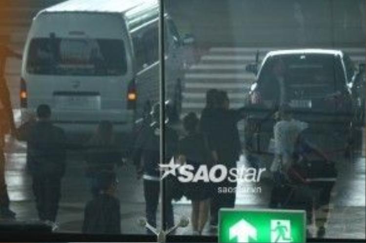 Hứa Ngụy Châu không lập tức lên xe mà còn đứng chào fan.
