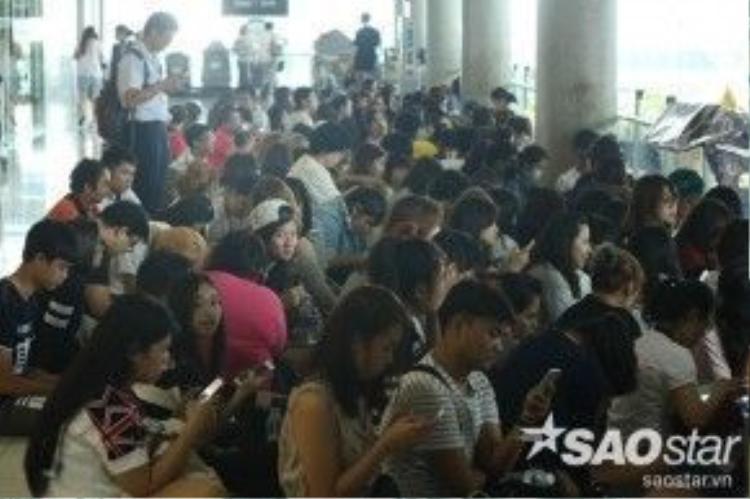 """Rất nhiều người hâm mộ đã túc trực tại sân bay để được nhìn thấy chàng """"Bạch Lạc Nhân""""."""