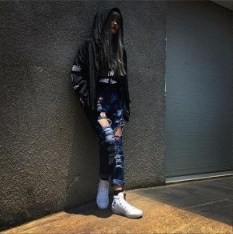 Có thể nói quần jean rách như một tuyên ngôn phong cách của cô nàng cá tính. Quần jean rách mang đến vẻnổi loạn, ngỗ nghịch bởi phong cách bụi phủi, phá cách.