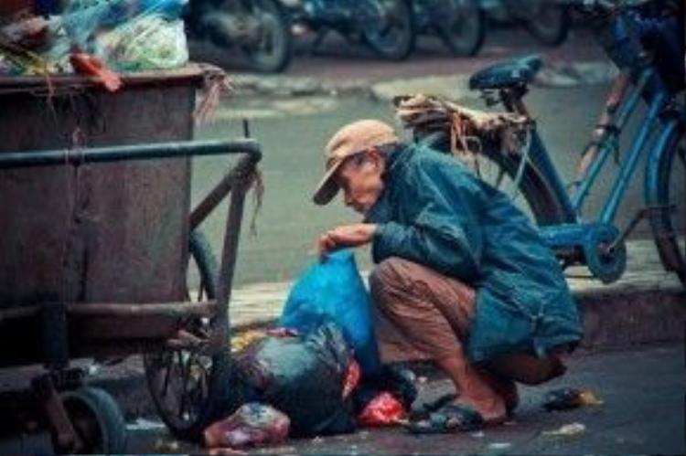 Cụ ông loay hoay nhặt đồ thừa tại thùng rác, nhất quyết không xin tiền từ mọi người.