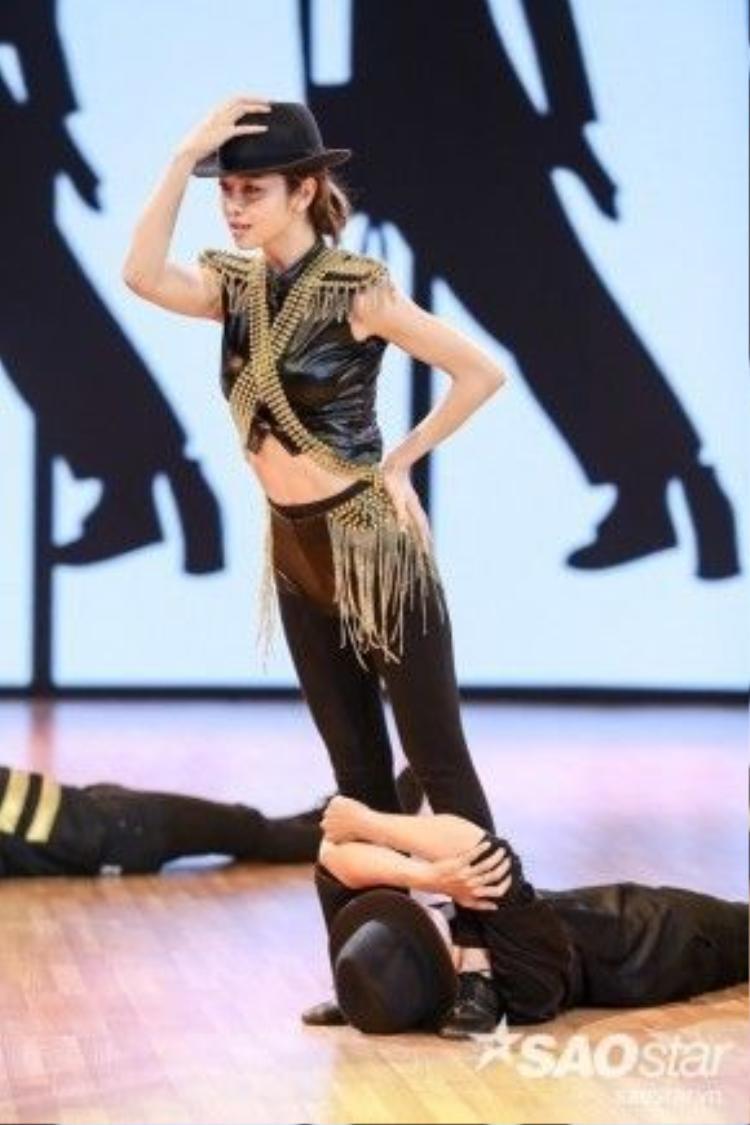 Trên sàn tập, cả Jennifer và Daniel hăng say luyện tập bất chấp mệt mỏi.