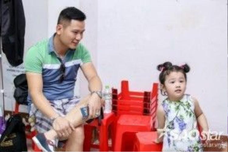 Chồng và con gái tháp tùng Jennifer Phạm đến buổi tổng duyêt.