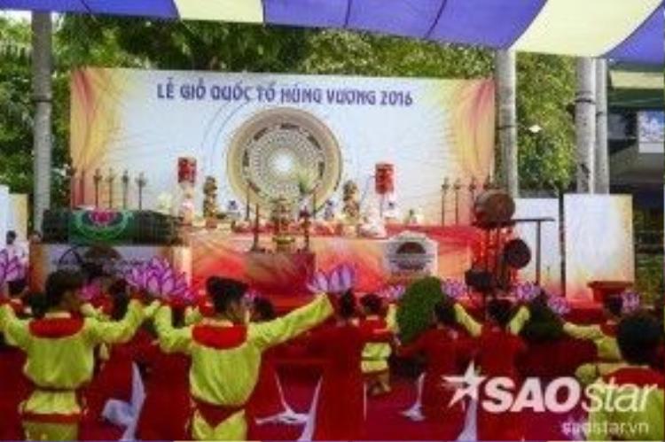 Từ sáng sớm, người dân khắp nơi tập trung về công viên văn hóa Đần Sen để tham quan vui chơi và dự lễ Giỗ tổ Hùng Vương được tổ chức tại đây.