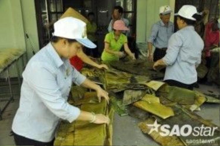 Để làm chiếc bánh khổng lồ này, Ban tổ chức phải huy động khoảng 50 người để thực hiện các công đoạn như vo nếp, rửa lá chuối, lá dong, thái thịt, đãi đậu xanh, làm khung bánh, lò nấu…