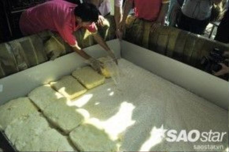 Để gói được chiếc bánh này, các nghệ nhân ở Đầm Sen đã tạo nên một khuôn bánh rồi xếp lá chuối xen kẽ thành nhiều lớp dày. Tiếp đó, rải một lớp nếp làm nền rồi cho nhân vào giữa và phủ kín nếp lên trên bề mặt chiếc bánh.