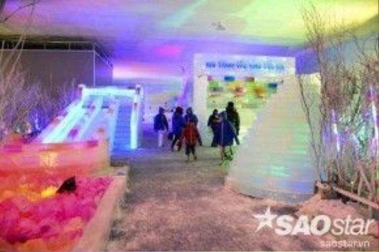 """Lần đầu tiên tổ chức tại Việt Nam, chương trình triển lãm """"Bão băng tuyết vùng cực địa - sinh thái Nam Bắc Cực"""" diễn ra tại quận 7, TP HCM thu hút nhiều bạn trẻ và du khách đến tham quan không gian chỉ có băng và tuyết giữa mùa hè ở nhiệt độ -15 độ C."""