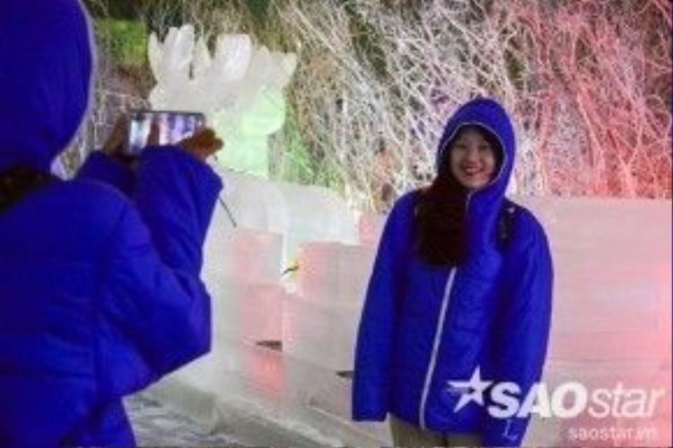 Hai cô gái đến từ Nhật Bản vui vẻ tạo dáng bên rừng băng tuyết giữa cái nóng bức ở Sài Gòn.