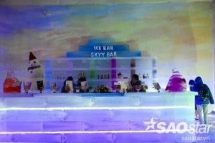 Một quầy bar được thiết kế với nhiều loại kem mát lạnh.