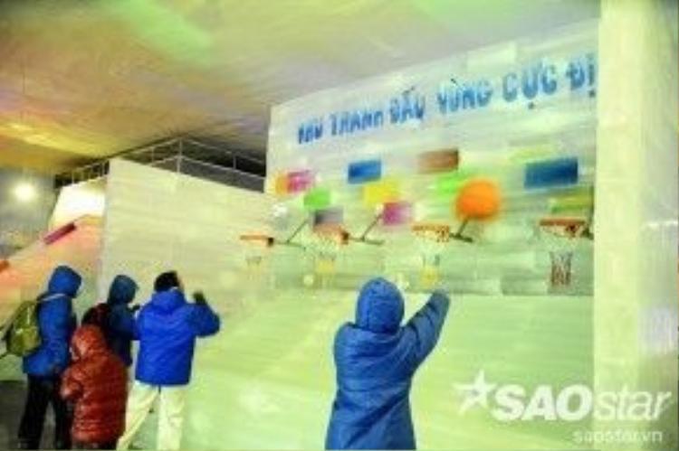 Nhiều du khách tham gia trò chơi ném bóng rổ tại khu tranh đấu vùng cực địa.